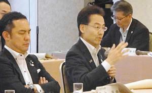 北陸新幹線の早期全線開業について提案した杉本達治知事(手前右)=大阪市内で