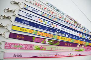 きめ細やかな風合いが特長の越前織で織り上げられたネームストラップの大賞作品の一部=坂井市役所で