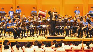 福井市明倫中学校吹奏楽部の指揮をしながら指導する奥山泰三さん=同市のアオッサで