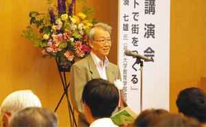 多くの来場者があったことなどに感謝する清水正男実行委員長(中)=福井市の県立図書館で