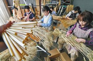 出来上がる六条大麦の茎のストロー⁼27日、福井市の福井大麦倶楽部で