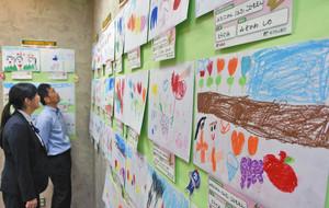 園児が描いたチューリップの絵が飾られているロビー 福井市のゆうちょ銀行福井店で
