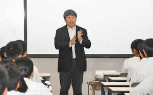チャレンジすることの大切さを伝える出川昌人さん(中) 福井市の高志中学校で
