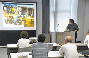 タンザニアの農村社会について説明する杉村和彦教授 福井市の県国際交流会館で
