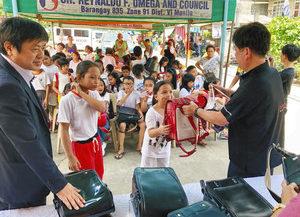 ランドセルで子どもたちに笑顔 福井からフィリピンへ贈る