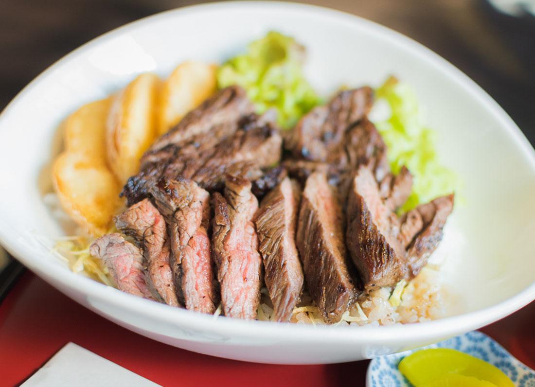 今日はガッツリ肉の気分!間違いなしのステーキ丼。|カフェ&カジュアル居酒屋 風