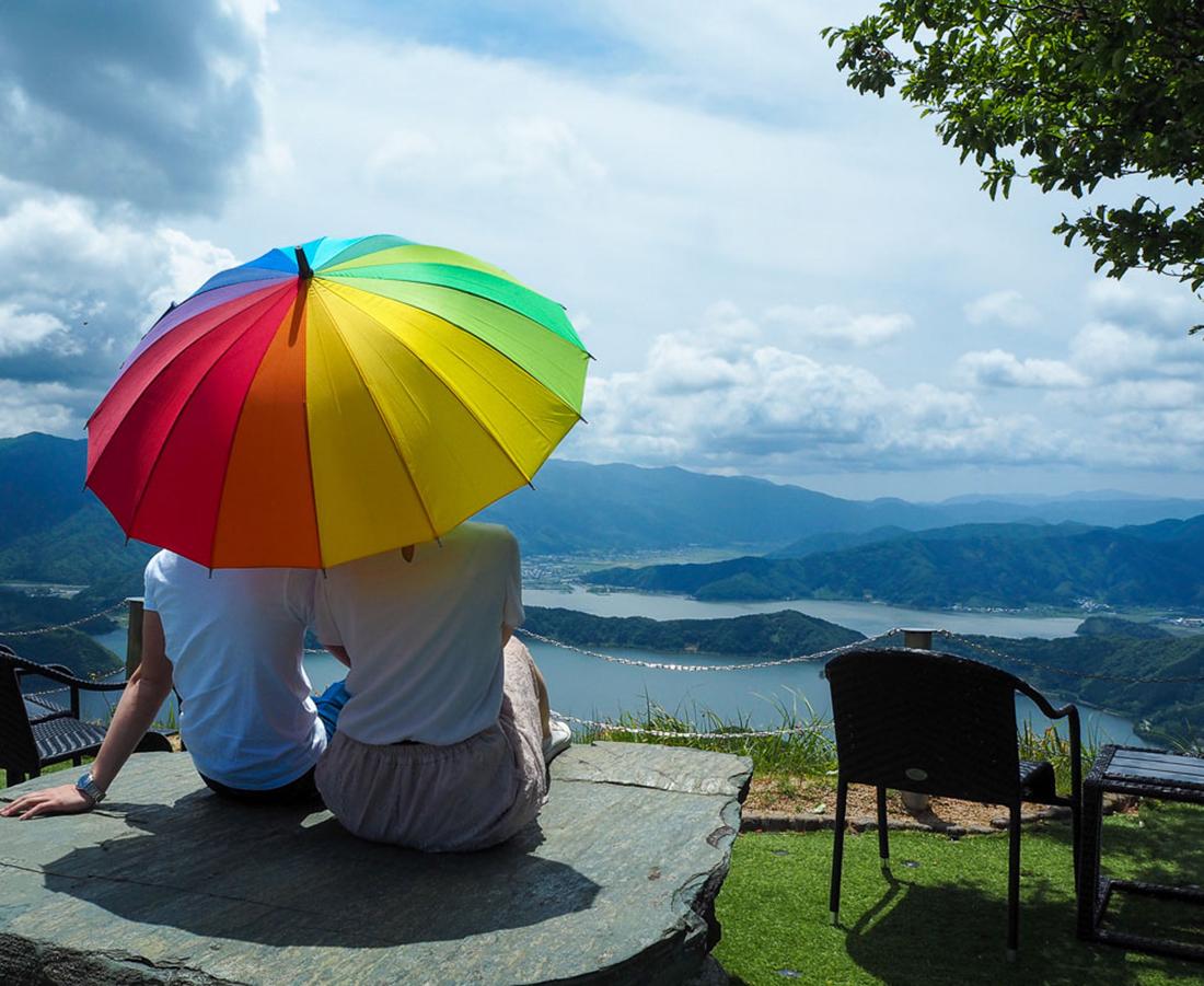 テラスに足湯にハンモック!? 晴れた日は天空デートを!|レインボーライン山頂公園