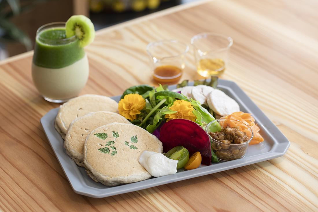 フレッシュお野菜とチキンのスペシャルパンケーキ スムージーセット