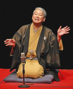 軽妙な語り口で落語を披露する瓢家萬月さん=福井市の響のホールで