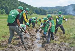 ビオトープ内に水路をつくる児童ら 越前市湯谷町で