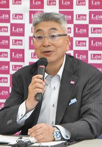 年間定休日を14日にする理由を述べる竹内理事長 福井市のエルパで