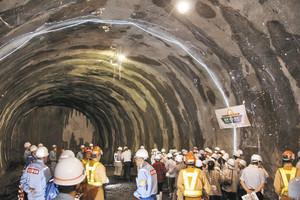 冠山峠道路の2号トンネル工事が福井、岐阜両県境に達し、工事現場を見学する両県の参加住民ら 池田町で