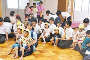 校舎3階に避難した園児たちと交流する生徒たち 4日、福井市美山中学校で