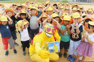 CDを手に、あいさつやごみ拾いの取り組みを子どもたちと約束するはっぴーすマン 坂井市のいと勢保育園で