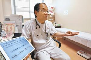 頭痛に悩む小児患者について話す岩井和之さん 福井市の県済生会病院で