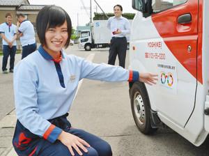 鯖江市が推進するSDGsのシンボルマークのステッカーを貼る従業員 鯖江市のヨシケイ福井で