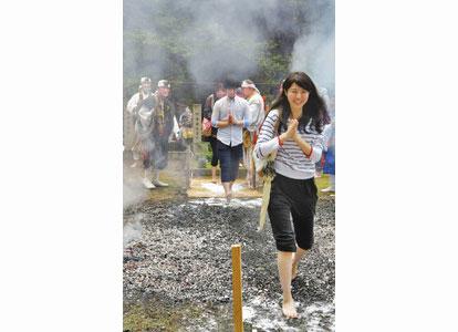 【地域】熱さ耐え無病息災祈願 三国・瀧谷寺で火渡り