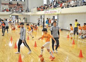 【地域】「サムライブルー」熱血指導 鯖江 福西さんらサッカー教室