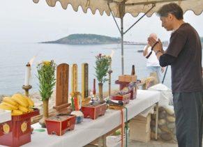 【地域】東尋坊法師の冥福祈る 三国、観光協会員らが供養