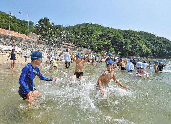 【地域】水しぶき「気持ちいい」 小浜 県内トップ海開き