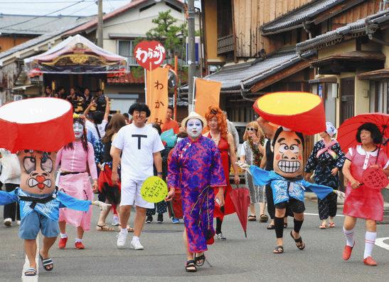 「にわか」の開催を宣言する仮装行列=高浜町三明で