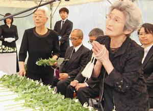 福井地震から71年を迎え、福井市による追悼式で献花し祈りをささげる参列者=同市の足羽山西墓地で