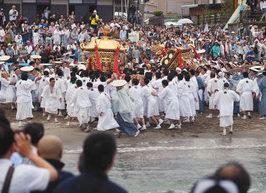 足洗いの儀で激しく神輿をぶつけ合う若衆ら=高浜町の鳥居浜海岸で