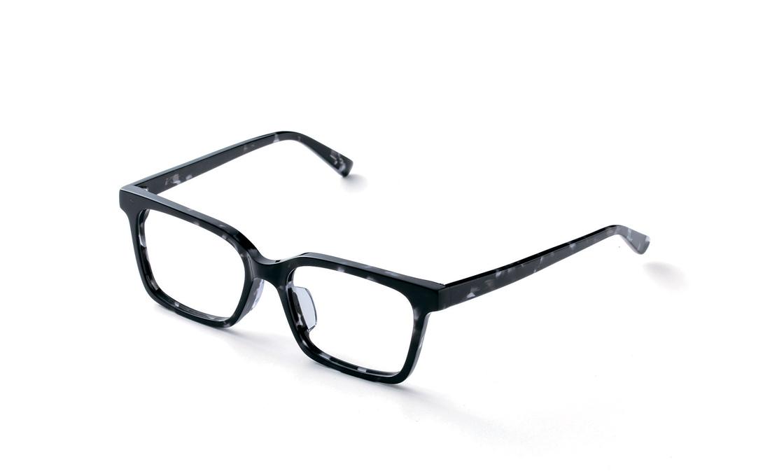ストレートスクエアのデザインにお洒落なマーブルブラックは、おうちメガネのスタイリッシュモデル!(6,400円+税)