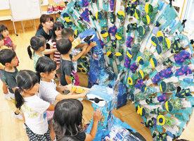 クジャクまるで「本物」 金津祭 園児の飾り物ほぼ完成