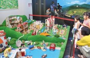 シルバニアファミリーの巨大ジオラマに見入る来館者=敦賀市の敦賀赤レンガ倉庫ジオラマ館で