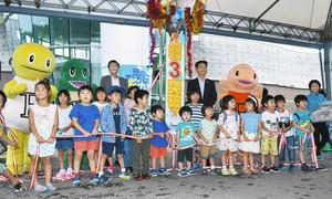 特別展の入場者数3万人を記念してくす玉を割る子どもら=勝山市の県立恐竜博物館で