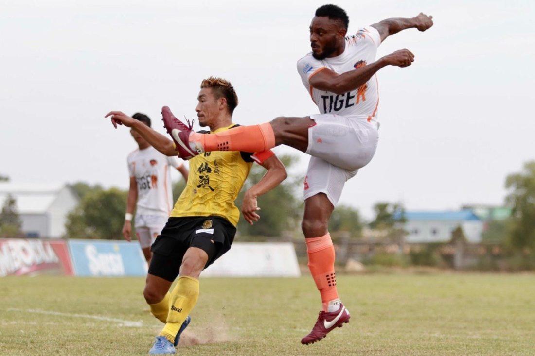 白のユニフォームが「アンコールタイガーFC」 、黄色が 「ソルティーロアンコールFC」