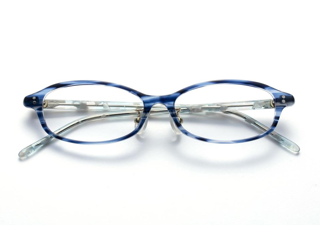 透明感のあるブルー&ホワイトクリアで涼しげな目元を演出するフェミニンなおうちメガネ(8,000円+税)