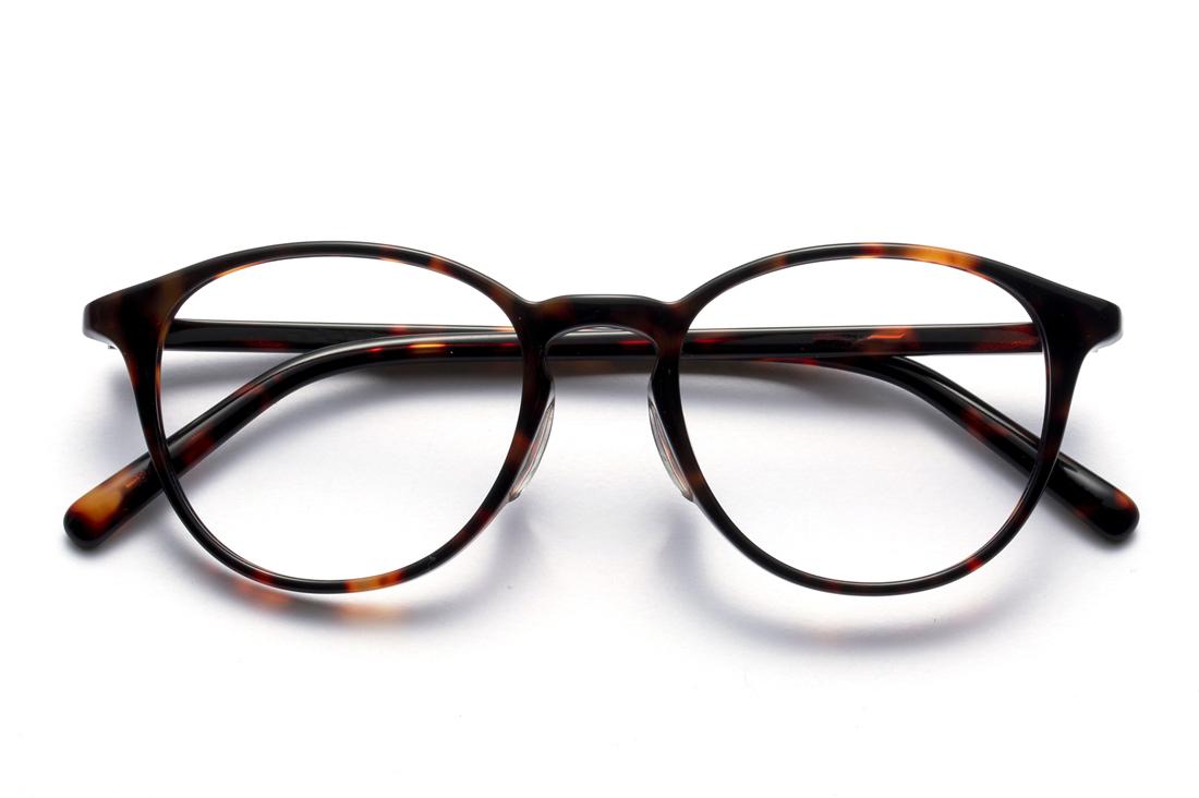 定番のボスリントンをデミ柄の細セル仕上げたユニセックスなおうちメガネ。1本は持っておきたいマストモデル(6,400円+税)