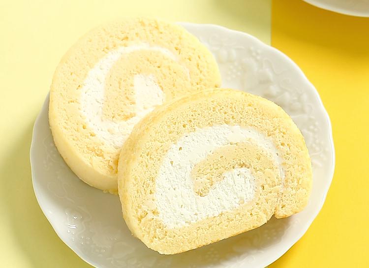今日のおやつは、お菓子のナカムラの生クリームロールカステラ♪