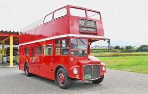 鮮やかな赤色が目を引く2階建てのロンドンバス