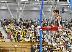 内村選手(手前)のつり輪の演技