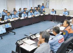 関西電力の事故制圧訓練と連動させたシナリオで行われた県災害対策本部の訓練=県庁で