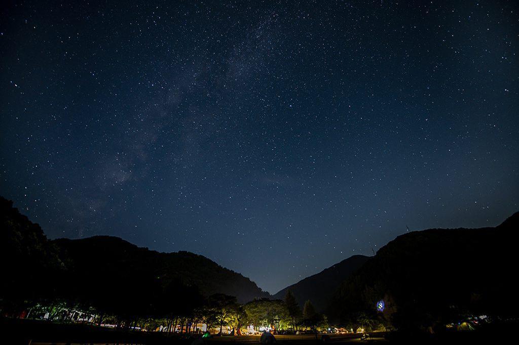 夜には満点の星空が広がる 「麻那姫湖青少年旅行村」