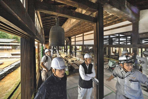 約360年にわたって受け継がれてきた本堂の造りを見学する参加者たち=福井市の大安禅寺で