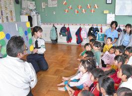 園児「歩道正しく歩きます」 福井南署 祖父母ら交え安全教室