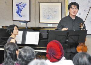 ンネ舘野さん(右)と堤聡子さんの演奏や曲の説明に耳を傾ける観客=鯖江市文化の館で