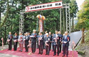 テープカットやくす玉割りで開通を祝う、佐々木康男市長(前列右から4人目)ら関係者=坂井市丸岡町山竹田で