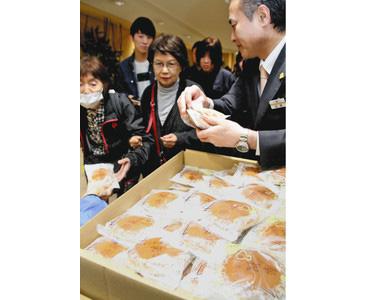 「奉祝どら焼き」に列 西武福井店が無料配布