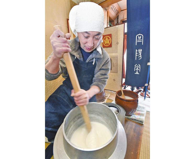 寒さが決め手「古糊」仕込み 福井の表具店