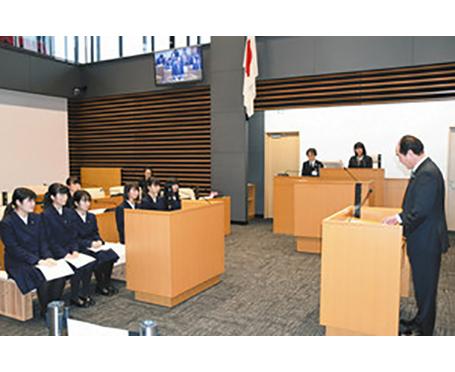 「高校生議員」市政へ質問 大野 初の「議会」、市議が答弁