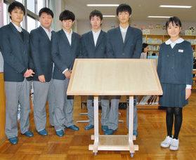 敦賀工高生が 書見台を贈る