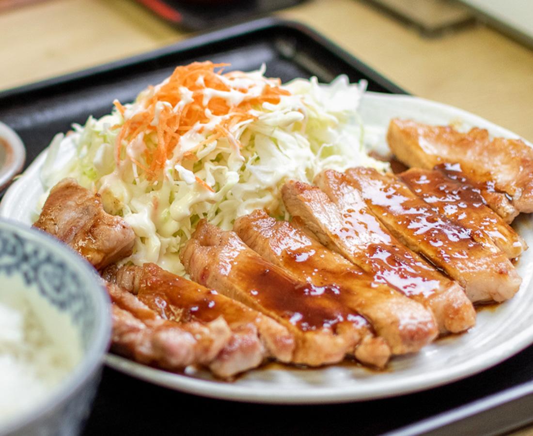 厚切り肉のジューシーな旨味がたまらない! 特製タレとの相性も◎|石勝食堂