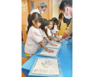 園児 手形「楽しみ」 福井の幼稚園 卒園式で贈呈