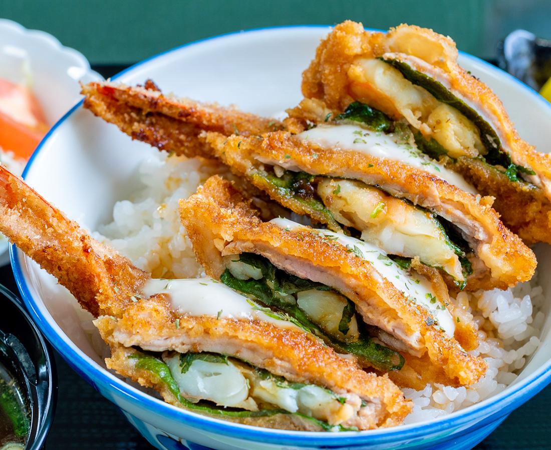 意外!? な組み合わせ。「海老+豚ヒレ肉」のカツを、豪華に盛った贅沢丼|水芭蕉 つる八